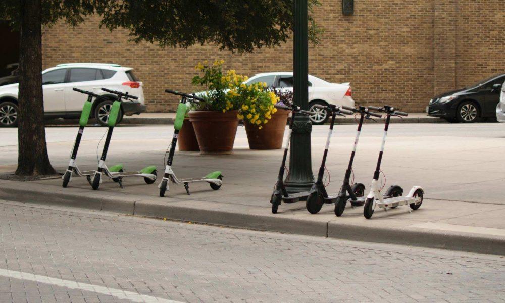 Trottinettes électriques en libre service dans uen ville.